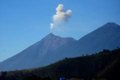 06010701GUANT-Volcan-de-Fuego-raucht